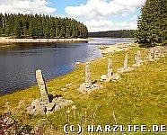 Der Oderteich mit Granit-Obelisken als Eissbrecher