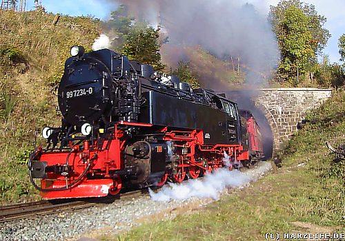 Die Harzquerbahn verläßt den Drängetal-Tunnel