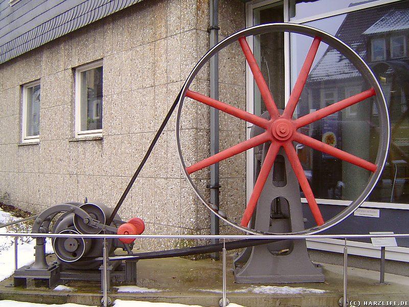 Ein altes hydraulisches Aggregat vor der TU in Clausthal-Zellerfeld