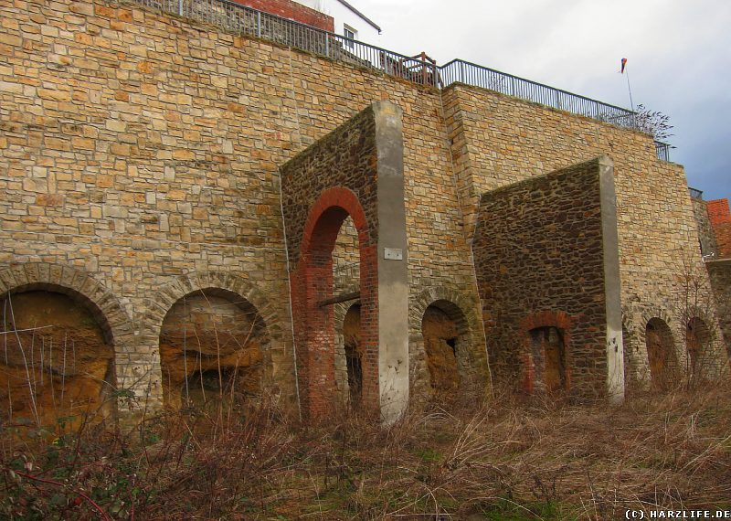 Mächtige Stützmauern am Münzenberg in Quedlinburg