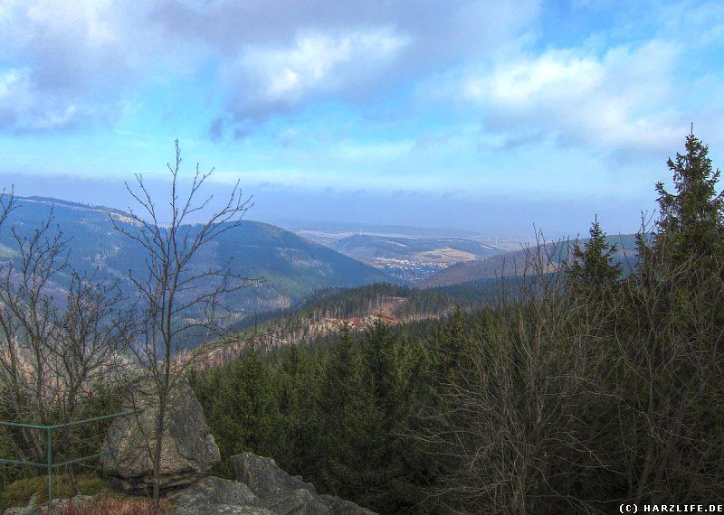 Blick von den Kästeklippen auf Oker und ins Harzvorland