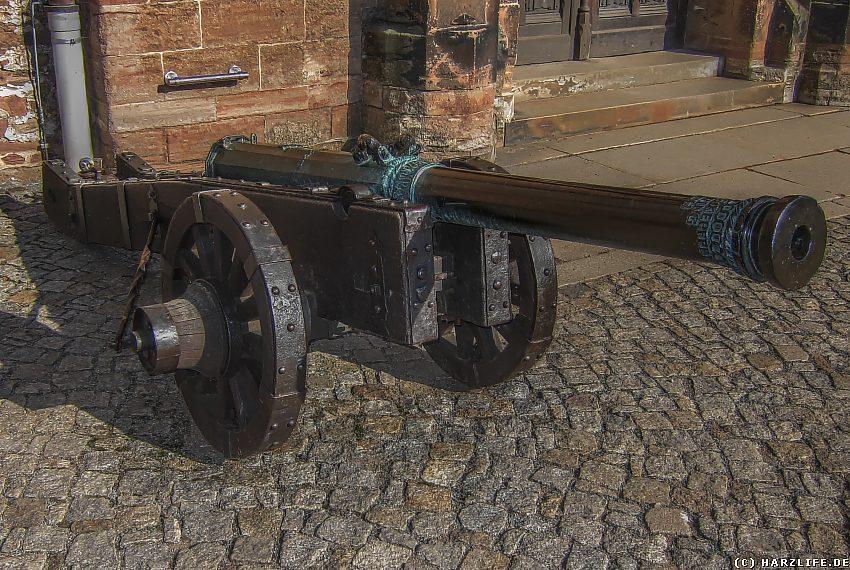 Die Kanone neben dem Eingang zum Schloßgebäude