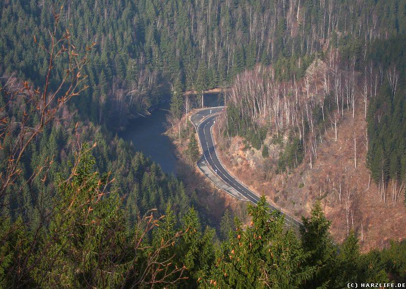 Blick in das Okertal mit Bundesstraße und Ausgleichsbecken der Talsperre