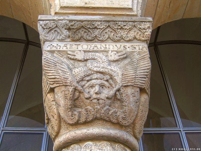 Dämonenkopf und seltsame Inschrift