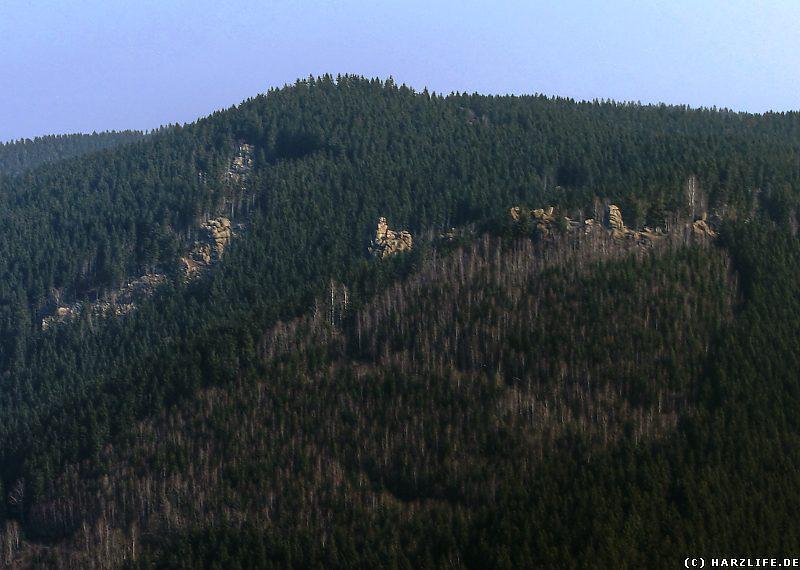 Blick auf verschiedene Granitklippen über dem Okertal