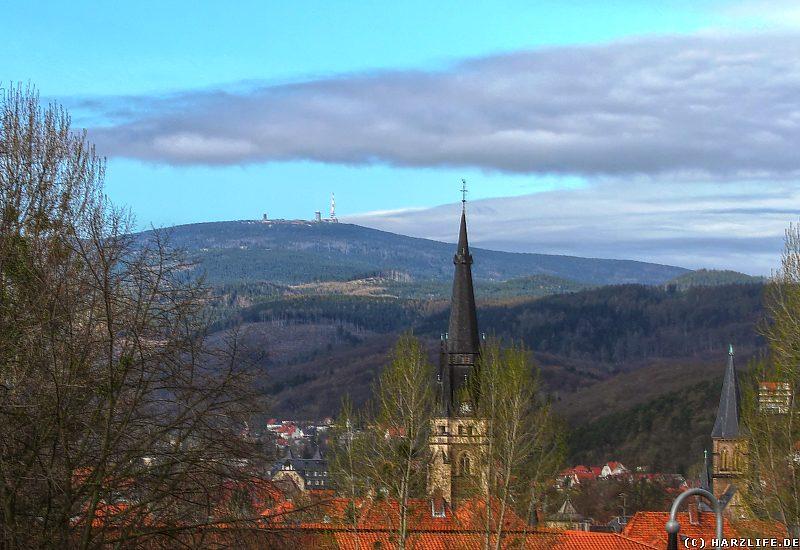 Der Turm der Liebfrauenkirche in Wernigerode mit Brockenblick
