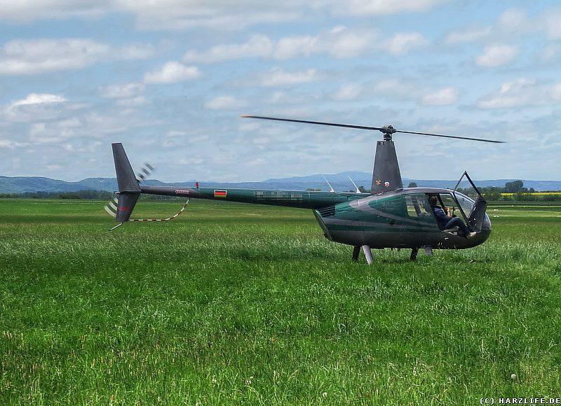 Flugplatz Ballenstedt - Hubschrauber mit Brocken im Hintergrund
