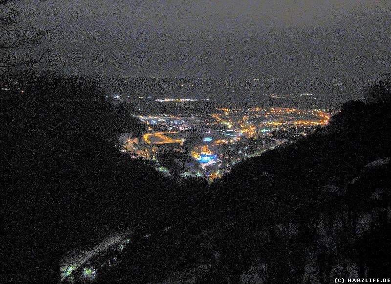Aussicht bei Nacht vom Hexentanzplatz auf die Stadt Thale