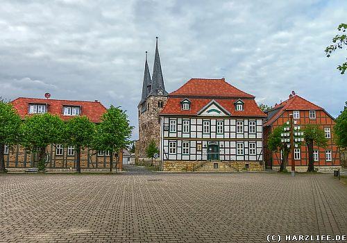 Rathaus von Derenburg, im Hintergrund die Türme von St. Trinitatis