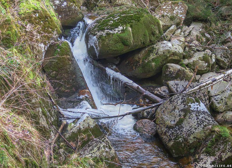 Kleiner Wasserfall im Tal der Holtemme