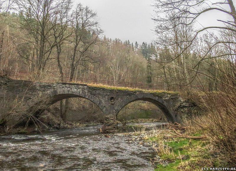 Die ehemalige Eisenbahnbrücke über die Bode
