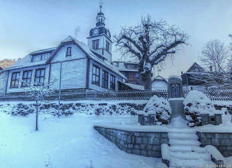 Ehemalige Schule und Kriegerdenkmal im Winter