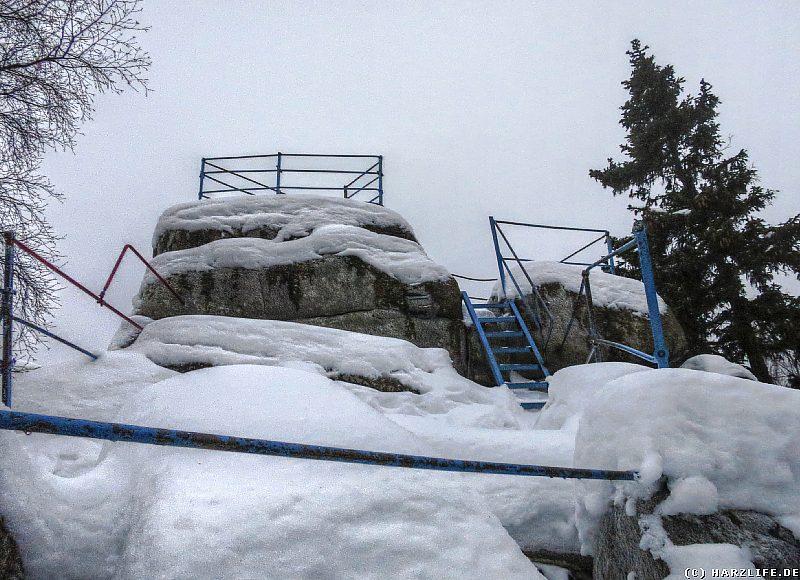 Der schneebedeckte Gipfel der nördlichen Schnarcherklippe
