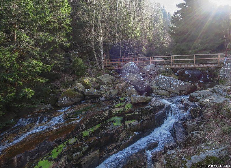 Steinerne Renne mit Brücke unterhalb des Wasserfalls