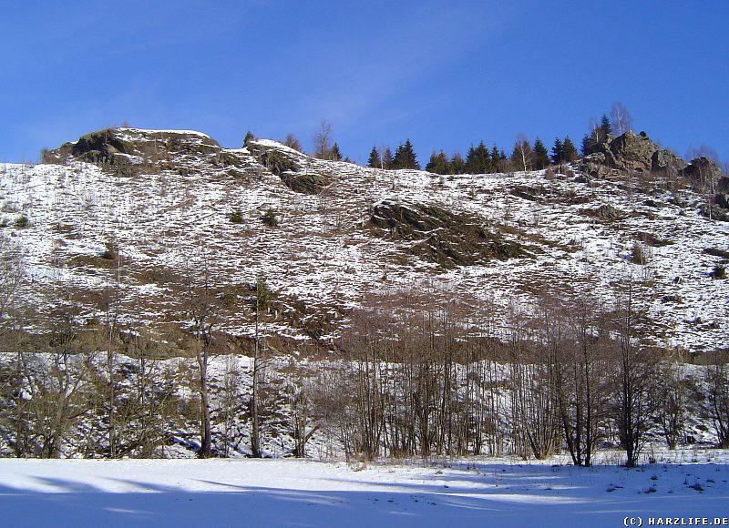 Blick vom Bodetal zum Burgfelsen der Susenburg