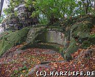 Eine uralte steinerne Sitzbank