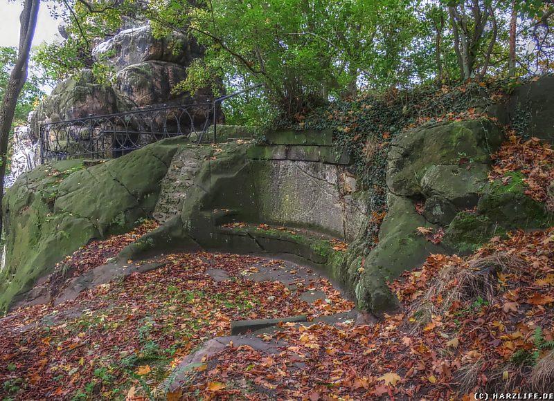 Eine uralte steinerne Sitzbank am Klusfelsen