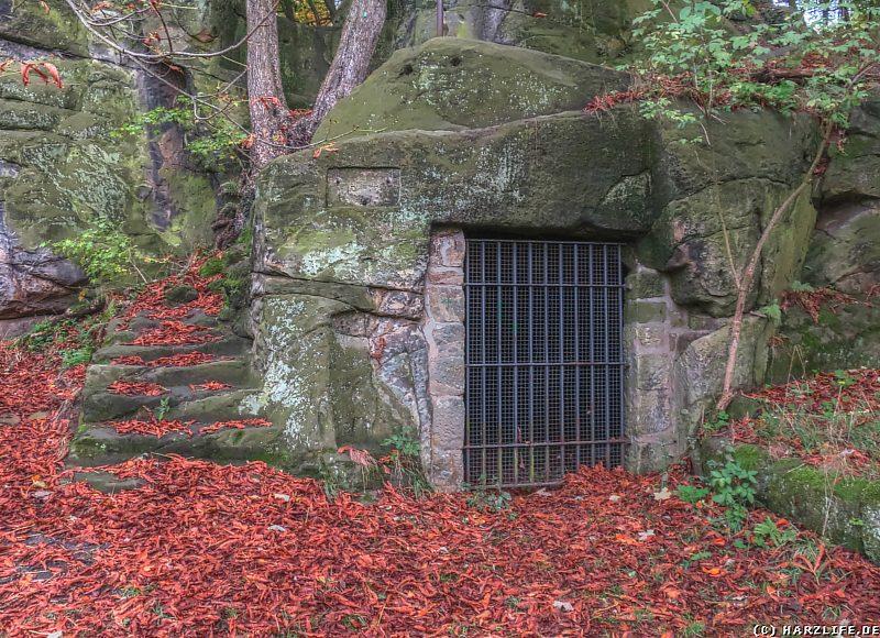 Vergitterter Kellerraum am Fuße des Klusfelsens