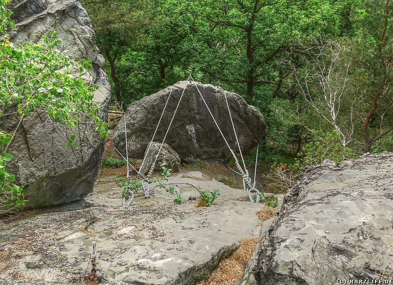 Ein gesicherter Felsbrocken an der Teufelsmauer